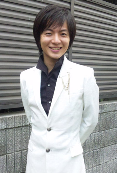 白いスーツ(竹島宏)