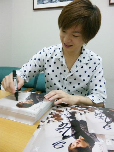 サイン書き中の竹島宏