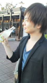 レモネードを飲む竹島宏